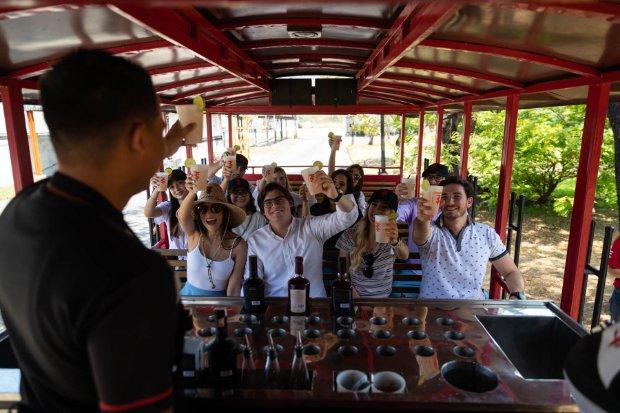Grupo de personas en la bus de la ruta Hacienda Santa Teresa