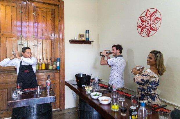 Hombre preparando un coctel con Ron Santa Teresa