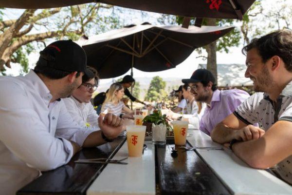 Grupo de Personas compartiendo en los espacios de la Hacienda Santa Teresa